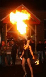 Feuerspuckerin Tracey Jane für Niedersachsen