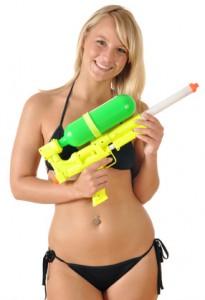 Gogo Girl mit Wasserpistole für Party